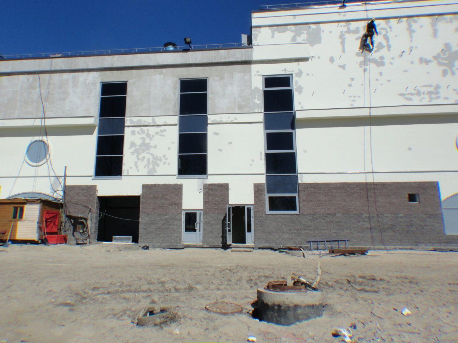 Проведен качественный ремонт штукатурного фасада ТРК для ООО «АСК Цитадель» в Петербурге