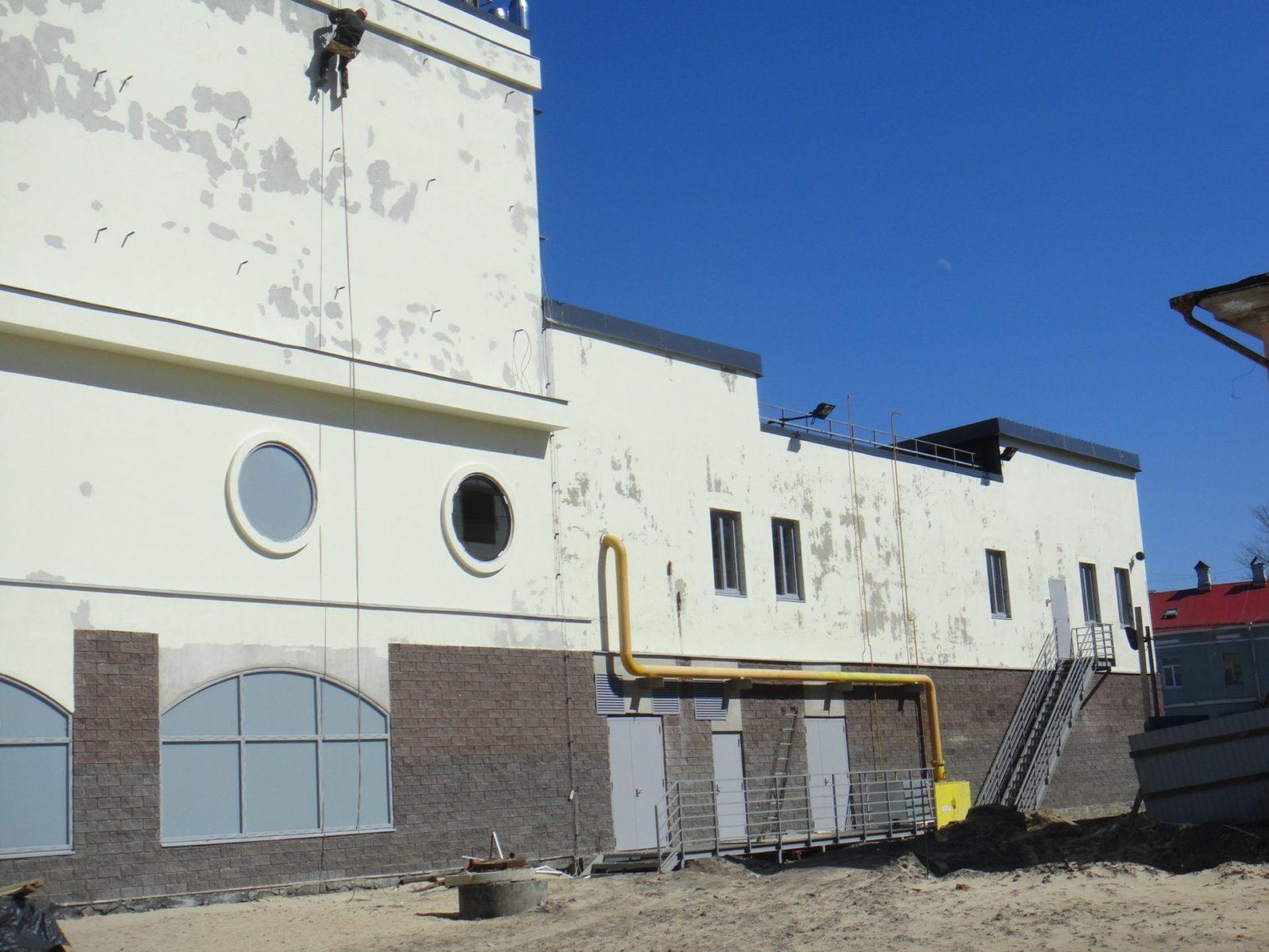 Работы косметического характера по устройству нового штукатурного фасада для Торгово-Развлекательного Комплекса в Петербурге