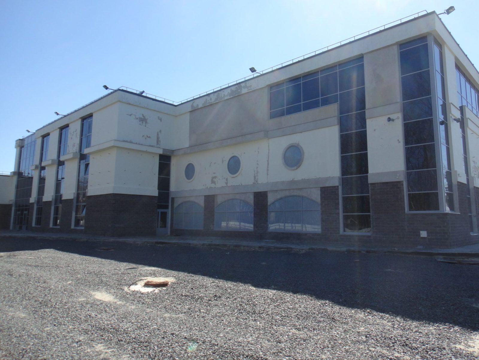Проведены работы косметического характера по устройству нового штукатурного фасада для Торгово-Развлекательного Комплекса в СПб