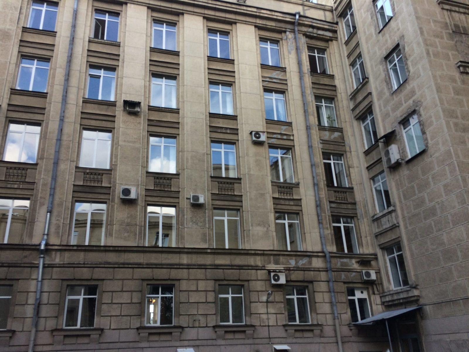 Отдельно были выполнены работы по восстановлению декоративного штукатурного слоя здания