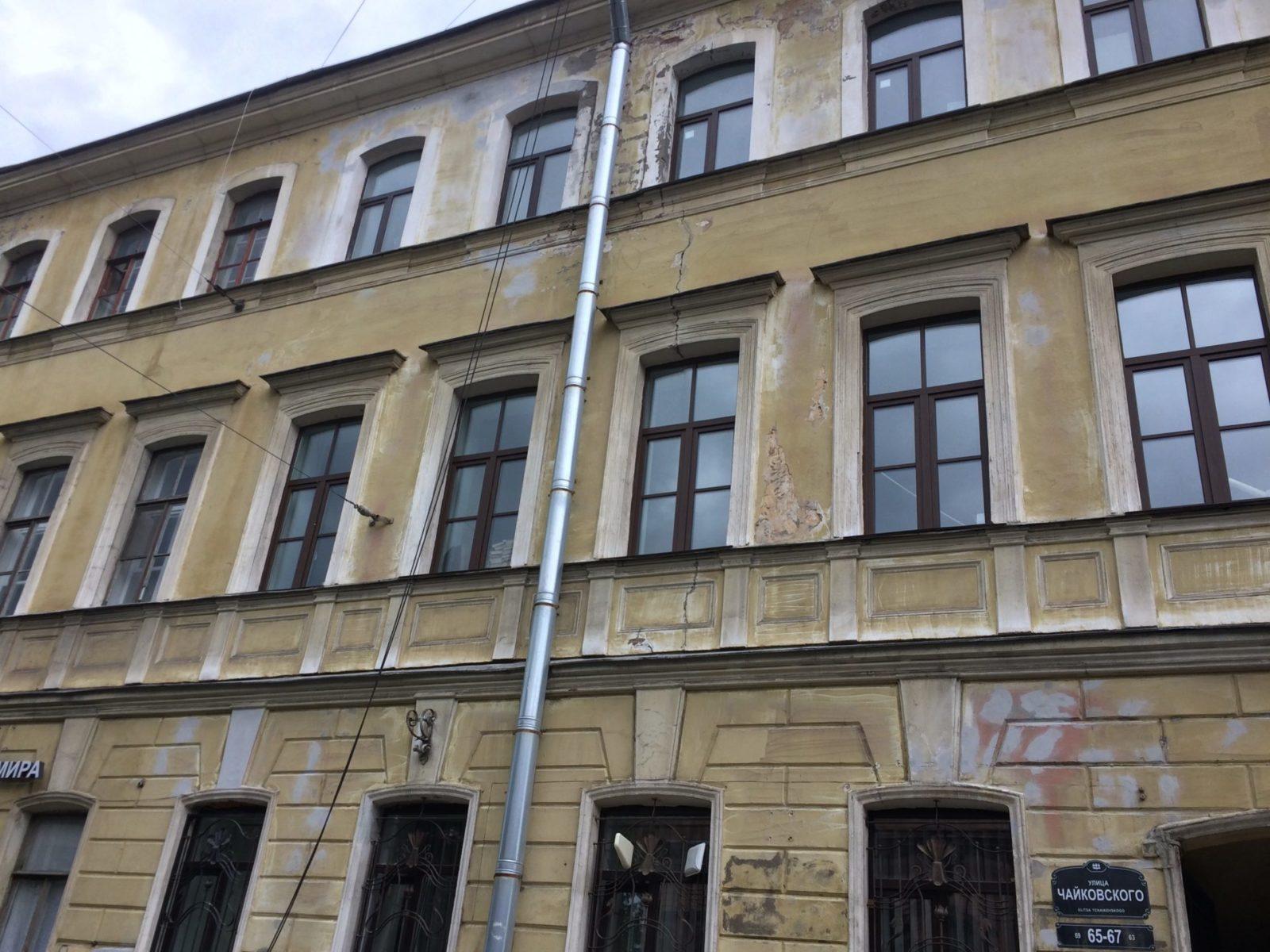 Выполнен косметический ремонт фасада здания для частного заказчика в 2017 году в Спб