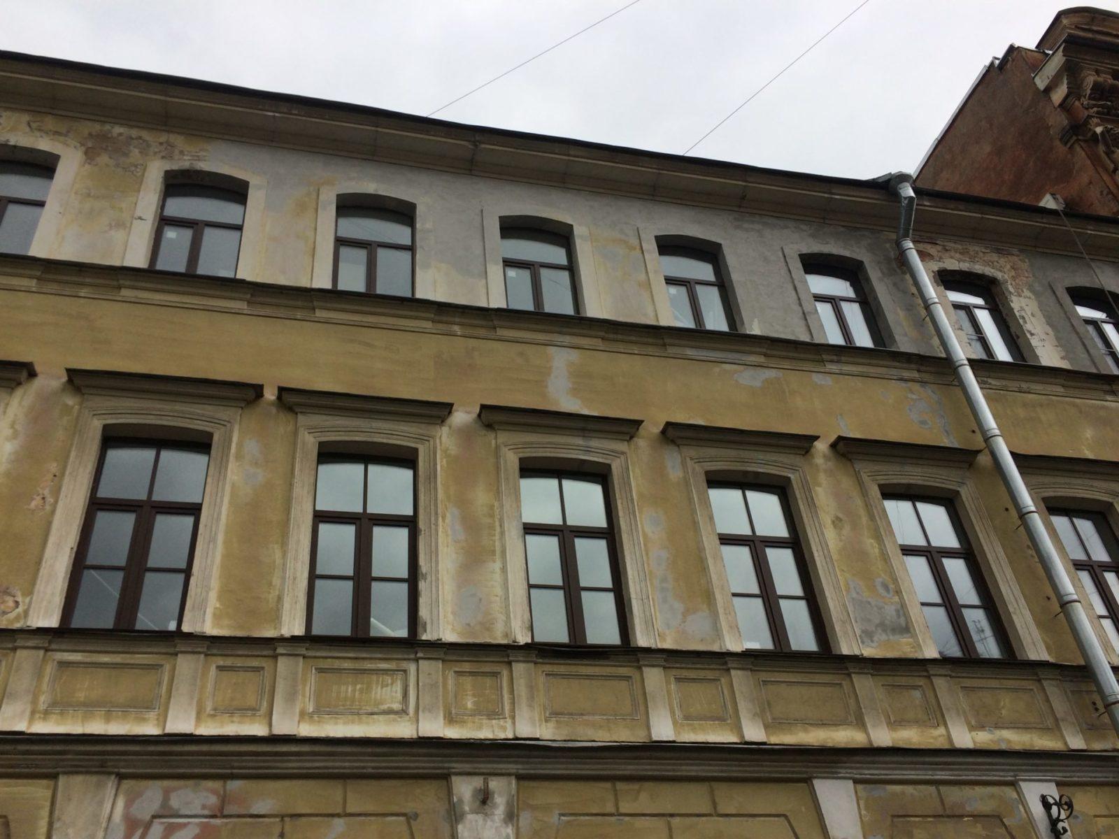 Выполнен косметический ремонт фасада здания для частного заказчика в 2017 году в Петербурге