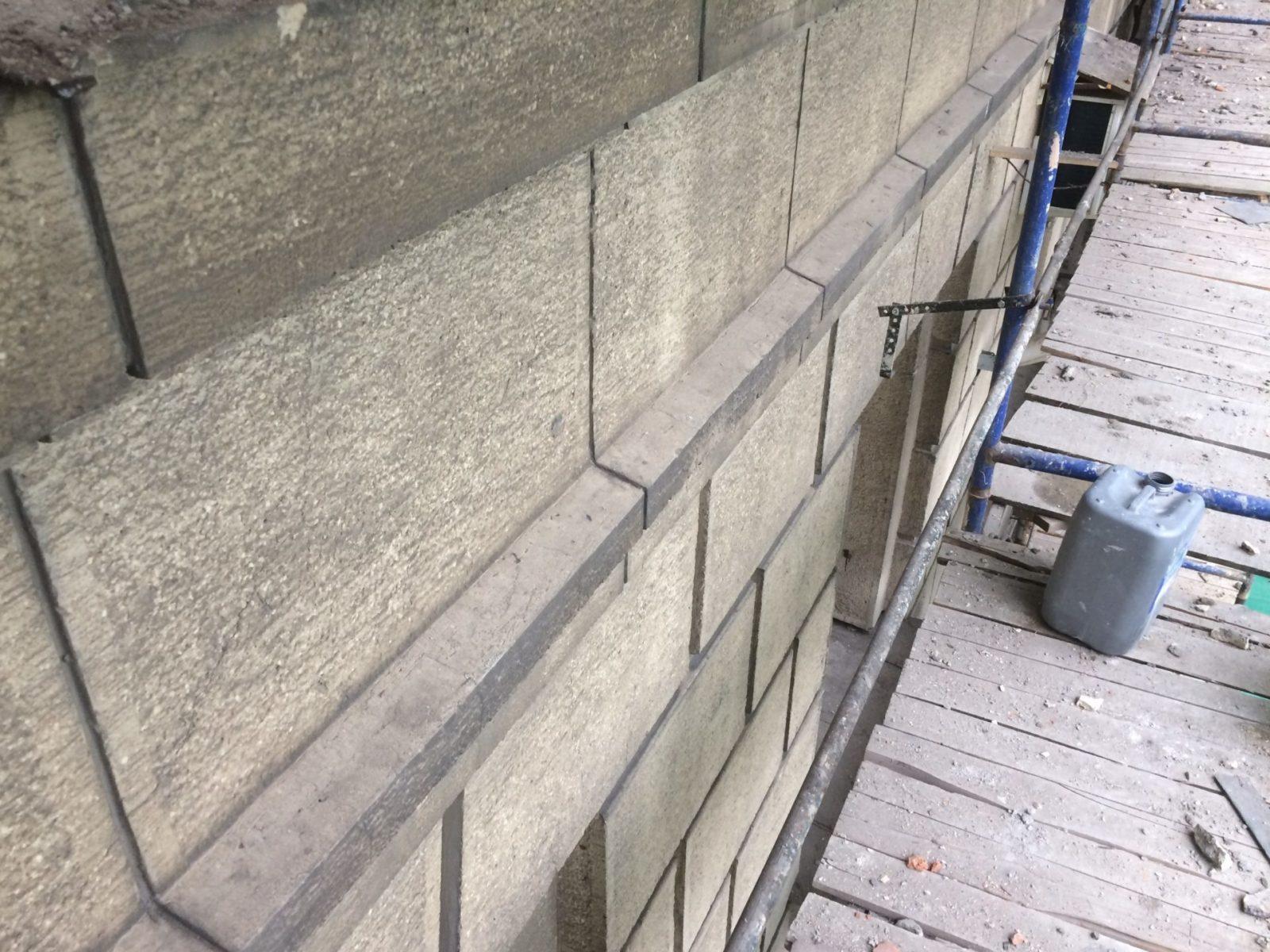 Произведена замена отливов на фасаде здания
