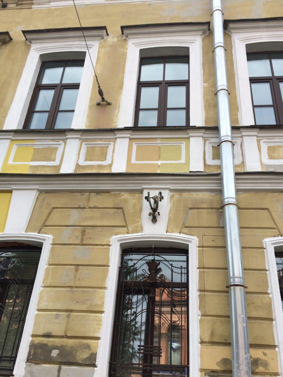Качественно выполненные работы по шпатлевке и покраске фасада здания