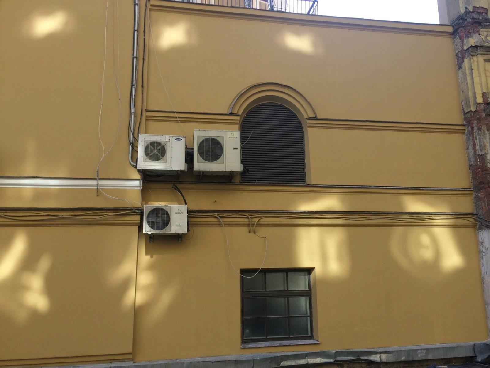 выполнен косметический ремонт части фасада здания Консульства Нидерландов