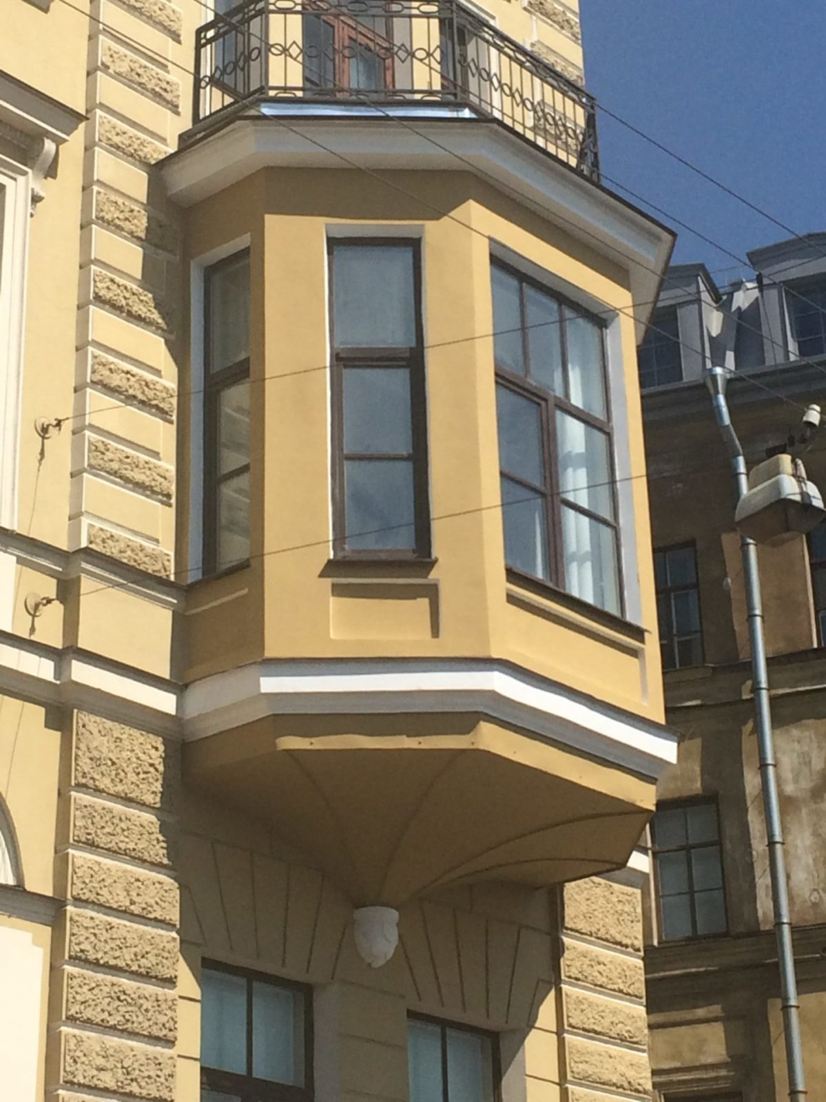 Отремонтированы эркеры фасада здания консульства Нидерландов в Петербурге на Набережной реки Мойки д.11