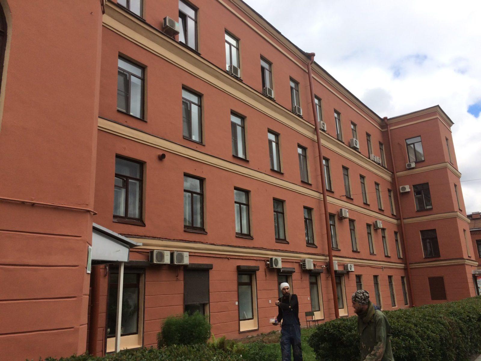 """Выполнение работ по покраске фасада здания для АО """"Светлана-Рентген"""" в Петербурге"""