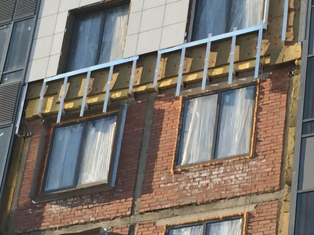Качественный ремонт вентилируемого фасада здания с облицовкой из керамогранитных плит в СПб и Лен.области