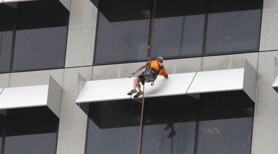 Профессиональная чистка фасада на тросе