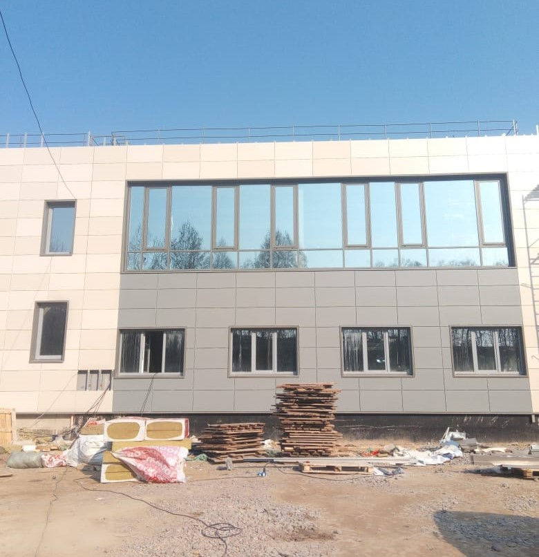Ремонтные работы вентилируемого фасада здания керамогранитными плитами в СПб