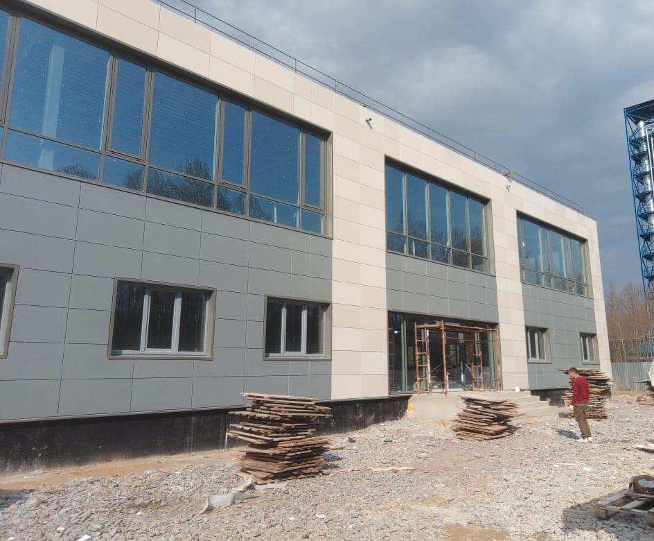 Выполнены работы по устройству вентилируемого фасада здания керамогранитными плитами в СПб