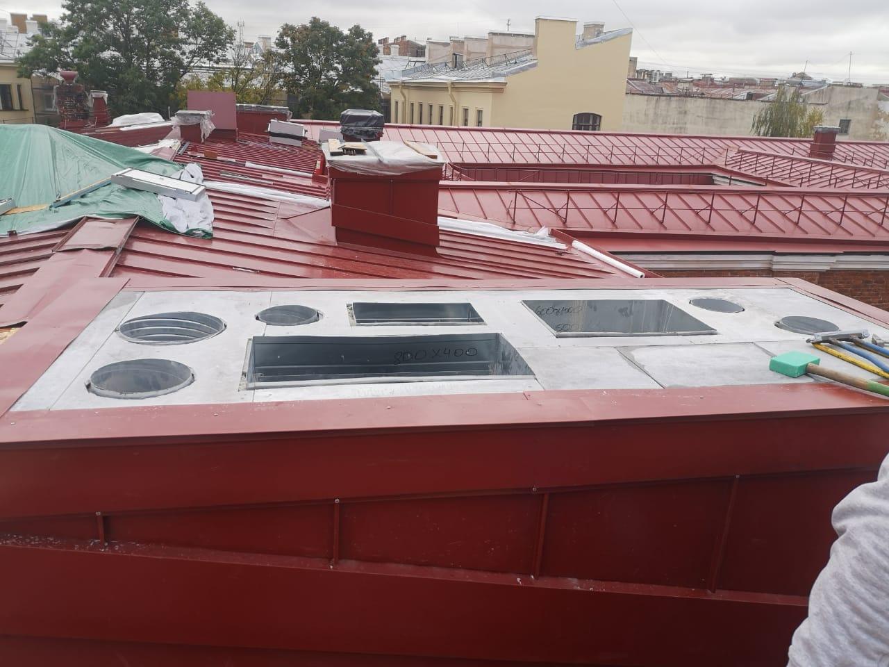 Монтаж вентиляционных каналов кровли здания